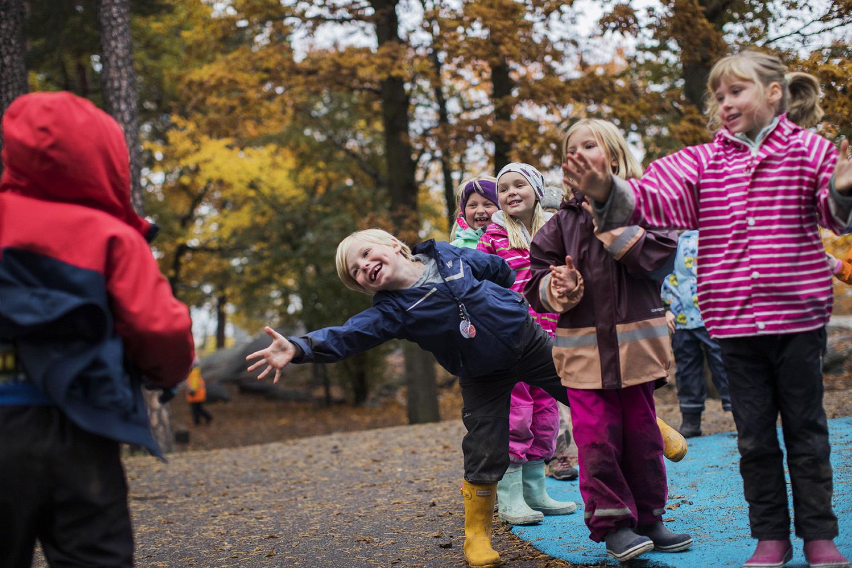 Barn i regnkläder leker på lekplats, Svenska Bandyförbundet och UNICEF Sverige